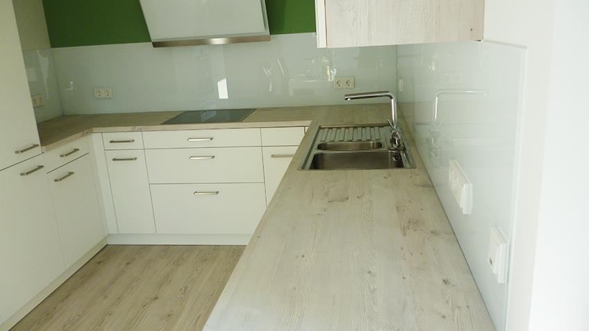 Küchenrückwand grau lackiert
